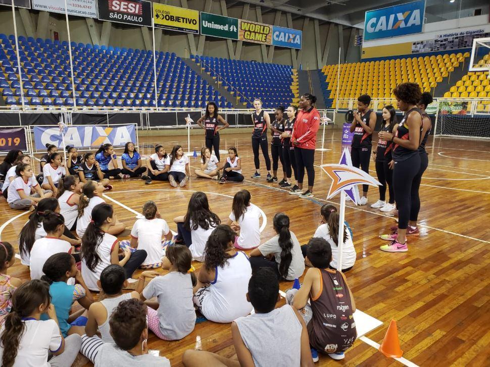 Atletas do SESI Araraquara Basquete participam de ações sociais ligadas ao esporte
