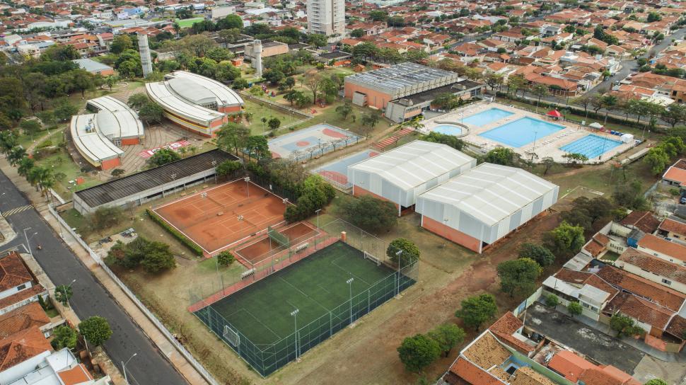Piscinas e Quadras de Tênis