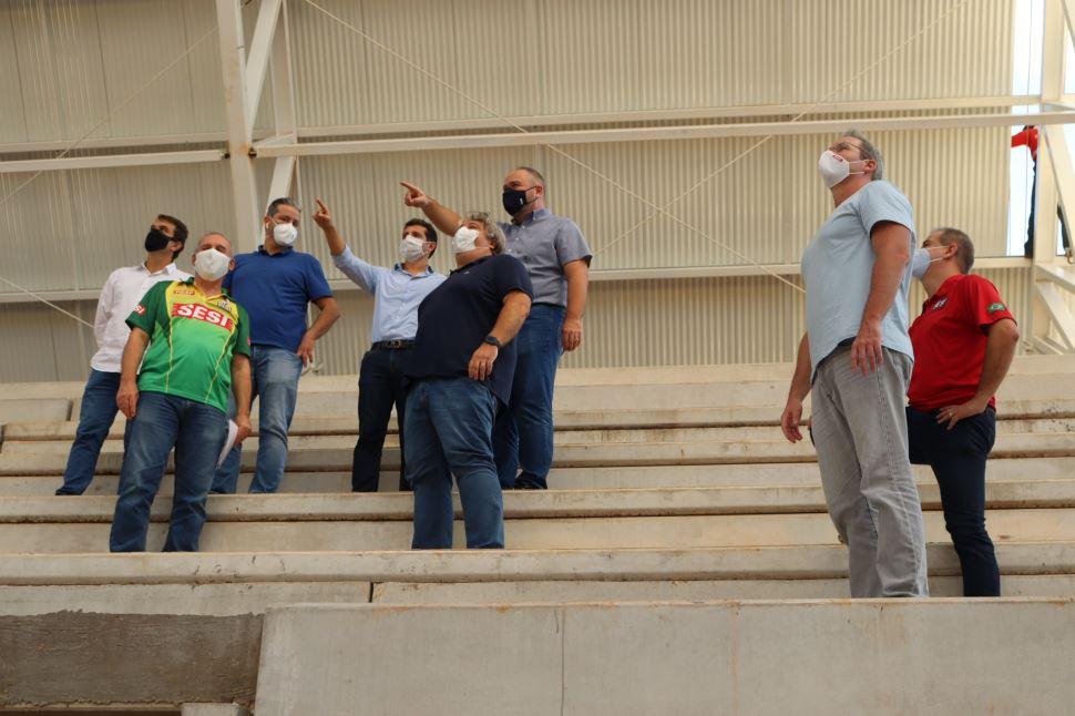 Empresários e diretoria do Sesi-SP visitam obras de novo ginásio poliesportivo em Bauru
