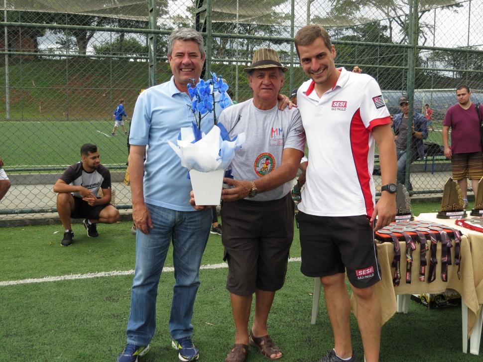 SESI Botucatu faz homenagem aos fundadores de escolinha de futebol que atuou na unidade