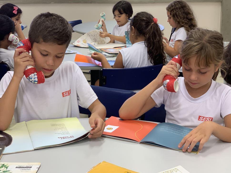 """Biblioteca do SESI Botucatu conta com o recurso """"whisper phone"""" para auxiliar a percepção fonológica dos alunos"""