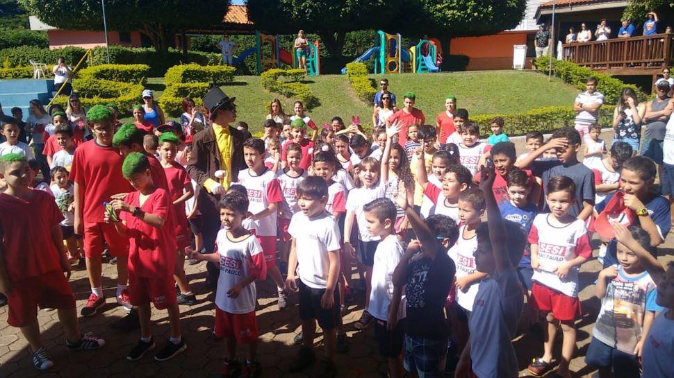 Evento de Páscoa no SESI Itapetininga integrou alunos e familiares em atividades lúdicas.