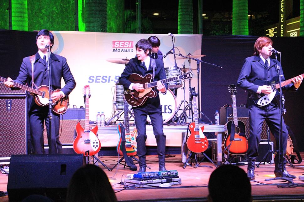 Banda Rubber Soul Beatles empolga público em show gratuito no SESI Ourinhos
