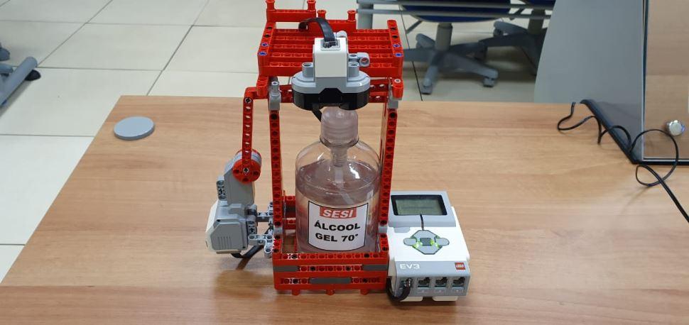 Equipe SESI Lizards de Assis desenvolve dispositivo de álcool em gel com peças LEGO