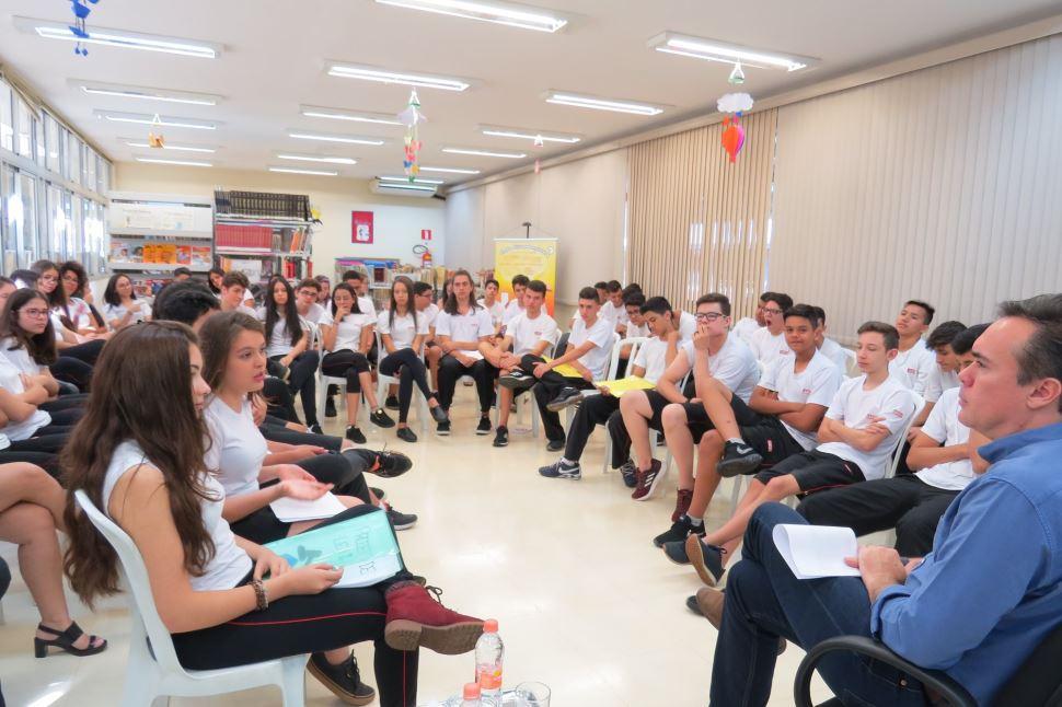 Alunos do 9º ano do SESI Santa Bárbara entregam ao prefeito projeto que fomenta a cultura cidadã
