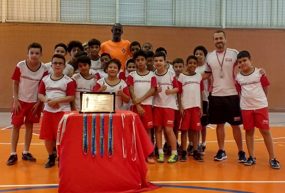Alunos do Programa Atleta do Futuro de Taubaté recebem atleta profissional