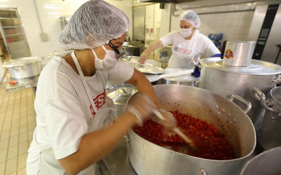 Sesi-SP amplia para julho produção de refeições gratuitas para comunidades carentes