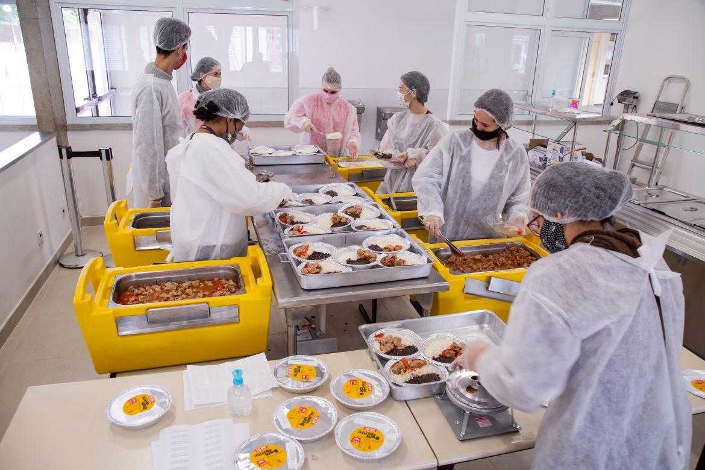 Sesi-SP estende para agosto produção de refeições gratuitas para comunidades carentes