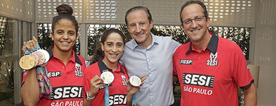 Paulo Skaf celebra conquista de medalhas por nadadoras do Sesi-SP