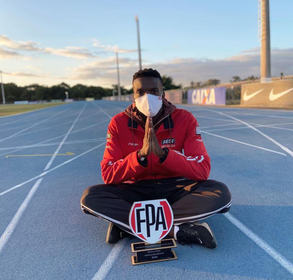 Felipe Bardi recebe prêmio de melhor atleta do Estado após correr abaixo do índice olímpico nos 100m rasos