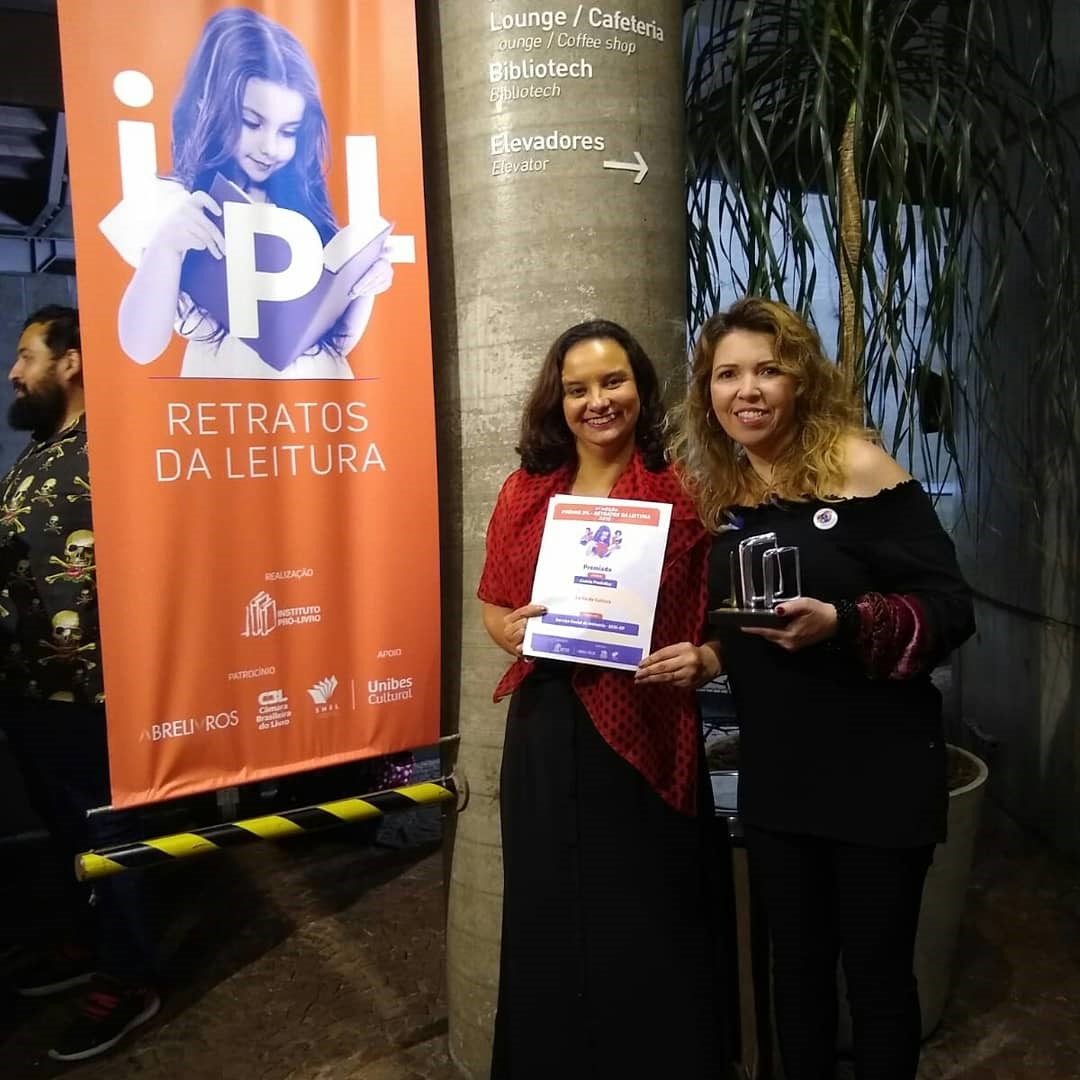 Josilma Amato e Rosana Gutierrez recebem o prêmio em nome do Sesi-SP