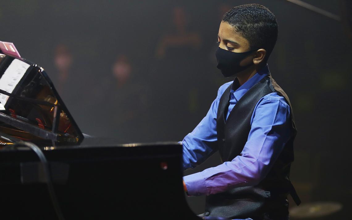 Isaque Alves da Silva ao piano