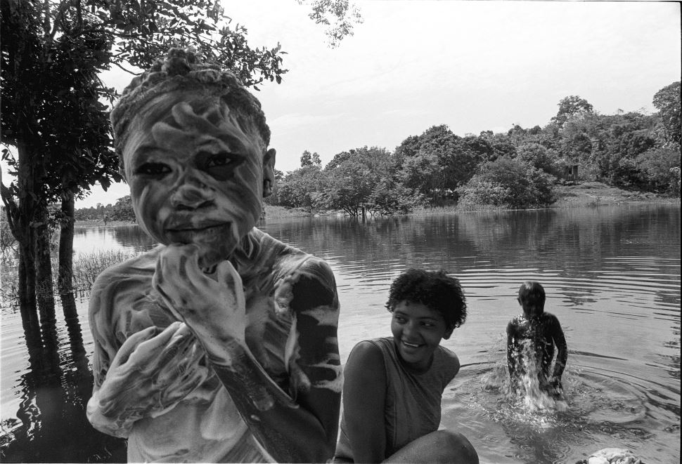 Fantasia e realidade amazônicas ganham foco na exposição 'O Norte sem norte': fotografias de Elza Lima