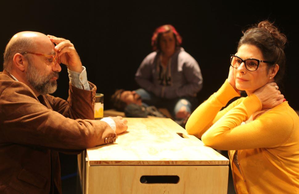 Teatro do Sesi-SP retoma programação presencial com espetáculo que retrata, de forma bem humorada e emocionante, a falta de comunicação de uma família